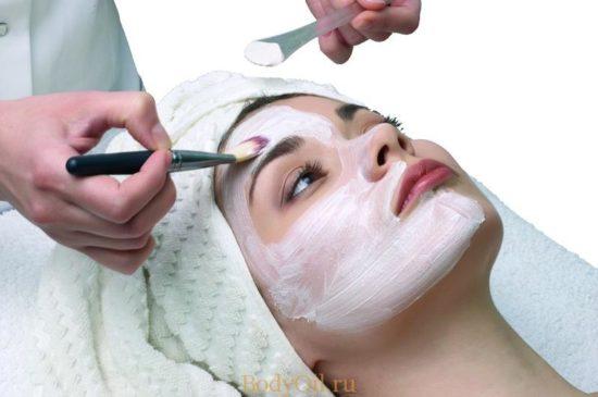 Нанесение крема с эфирным маслом на лицо